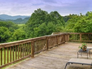 Dogwood Farms- 6 acre private retreat with gardens & panoramic mountain veiws!