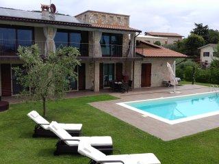 Villa intera con piscina privata,vista lago. Pace e serenità.