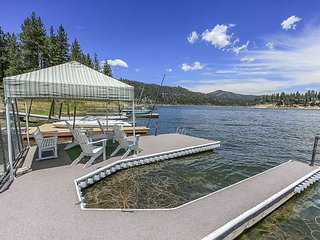 LAKEFRONT!  Boat Dock Hot Tub NICE!  Close to Slopes sleeps 11