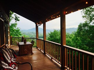 Amazing view on 1/2 acre between Gatlinburg & Pigeon Forge, Fireplace & hot tub