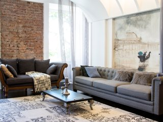 'Theatrical' apartment in the heart of the city