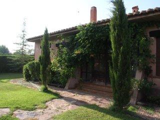 jardín que rodea toda la casa