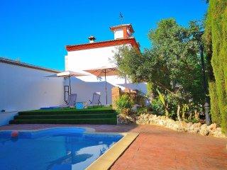 Villa Amparo, Priego de Córdoba, chalet, jardín, piscina, chimenea, calefacción.