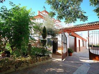 Villa Amparo, Priego de Cordoba, Sierra Subbetica, Villa con jardin y piscina.