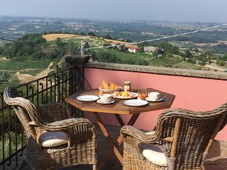 Villa With a panoramic view, in the hart of Langhe
