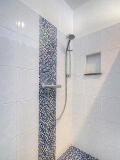 grande douche à l'italienne dans la chambre