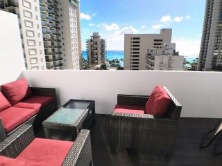 BEAUTIFUL OCEAN VIEW PENTHOUSE IN WAIKIKI and LARGE DECK
