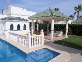 Lemon Tree Villa, Secluded garden, private pool, airco, WIFI. walk to beach