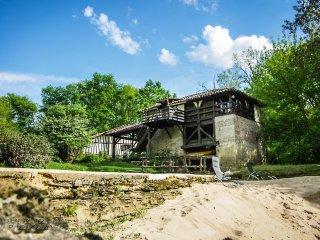 Au moulin, gîte en bordure de rivière avec piscine et sauna Russe