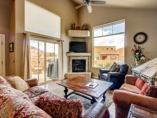 Pet Friendly Townhome - Ping Pong Table - 5 Min drive to downtown - Pool