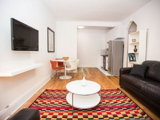 Gorgeous 1BR Midtown East (8590)