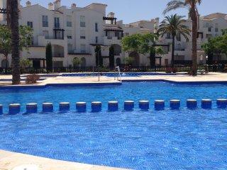 Takvåning poolområde, 5 min. till restauranger, barer, tennis och golfbana.