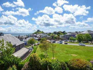 Interior designed Victorian villa sleeps 10 overlooking castle & sea Criccieth.