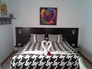 *Dormitorio + vestidor, baño, tv. Ambiente agradable*