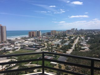 High Floor Condo/Sleeps 2 /Ocean & River View