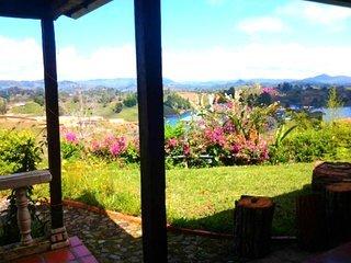 Jardín. vista al patio, vistas al lago, con vistas al jardín y Mountain View.