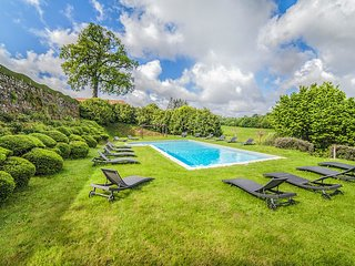 La Flocelliere Chateau Sleeps 10 with Pool - 5049822
