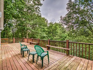 Murphy Home w/Spacious Deck & Rustic Forest Views!