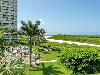Cozy beachfront condo w/ heated pool a few steps from Tigertail Beach
