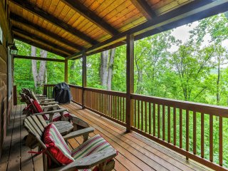 Peaceful Valle Crucis Cabin w/Mtn View & Hot Tub!