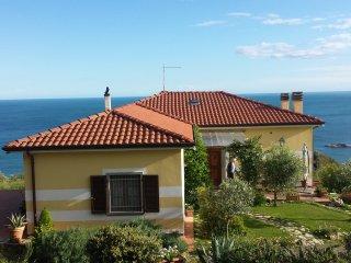 """Lerici , in collina appartamento in  """"Villa la Celeste """" strapiombo sul mare"""