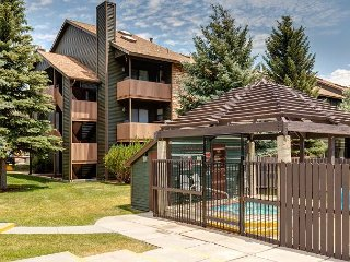 2BR Condo w/ Pool, Hot Tub & Clubhouse – Walk to Shops