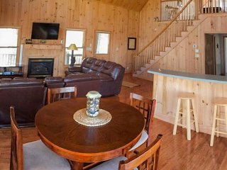 Lovely, modern cabin in wooded setting with jet tub & deck with views