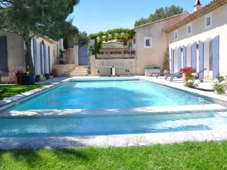 Luxury in Pont Royal with 4 beds, pool, jacuzzi, boules, ping pong & superb view