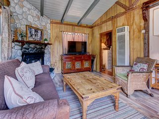 Romantic, dog-friendly cabin with cozy atmosphere and wood-burning fireplace!