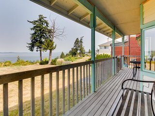 Sleepy oceanfront cottage features natural beauty & ocean/bay views!