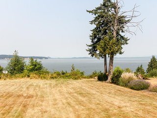 Sleepy oceanfront cottage features natural beauty & ocean/bay views!
