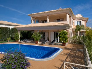 Villa Cor de Rosa is an impressive 5 bedroom, modern & spacious family home