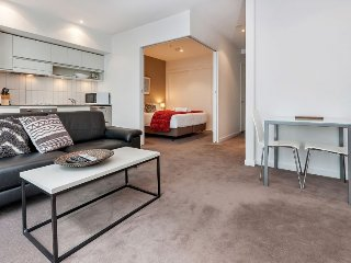 One Bedroom Apartment Viaduct Harbour with Carpark