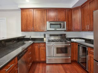 LOVELY 2BR/1BA Apt & Yard!! Mins to NYC! Sleeps 6!