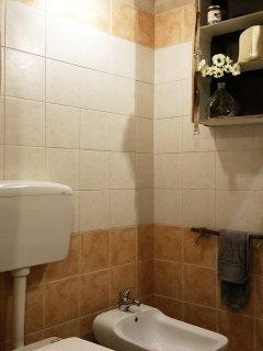 BAGNO IN STILE SHABBY CHIC: Tutto finemente curato, spazio accogliente e di grande seduzione...