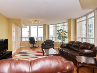 Vacations Rental 2BR+Den Suite in Ovation Towers