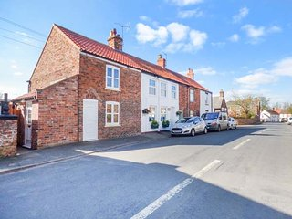 4 LYNTON COTTAGES, quiet location, private garden, short walk to pub, Hornsea