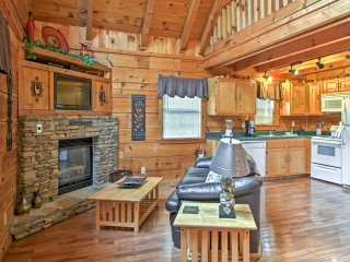 1BR Gatlinburg True Log Cabin w/Wifi & Hot Tub!