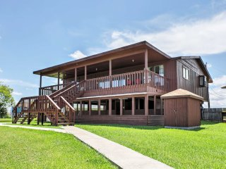 Freeport Home w/Canal View+Boat Dock, Near Beaches