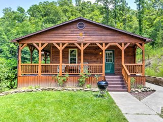 New! 2BR Red River Gorge Cabin w/ Deck & Hot Tub!