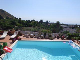 camere in villa con piscina al centro del parco dell'Etna in un oasi di verde