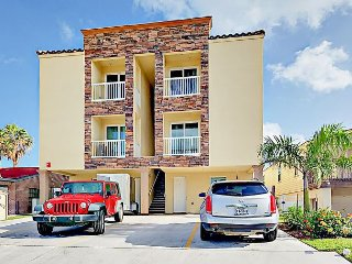 2BR Condo w/ Pool & Hot Tub - 2 Minutes from Beach