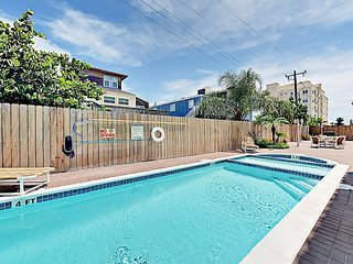 Prime 3BR Condo w/ Pool, Hot Tub & Beach-Centric Location