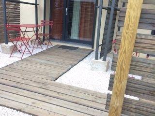 entrée et terrasse privative dans un lieu paisible et ensoleillé...