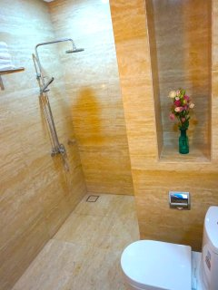 Ensuite bathroom with clean towels & amenities