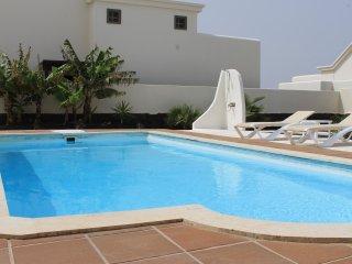 Preciosa villa con amplio jardín y piscina privada climatizada