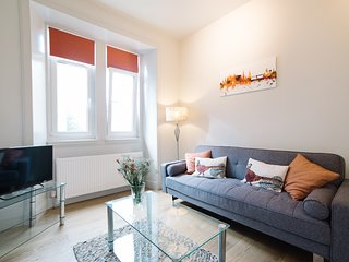 Beautiful Holyrood Park Apartment - Near Royal Mile