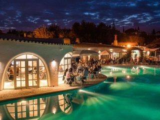 Entertaining evenings at the Caravela Bar beside the pool
