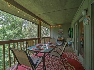 Branson Area Condo w/Deck 1 Mi. to Silver Dollar!