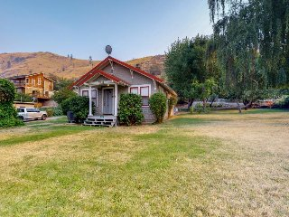 Charming, dog-friendly home w/ lake views - close to the beach!